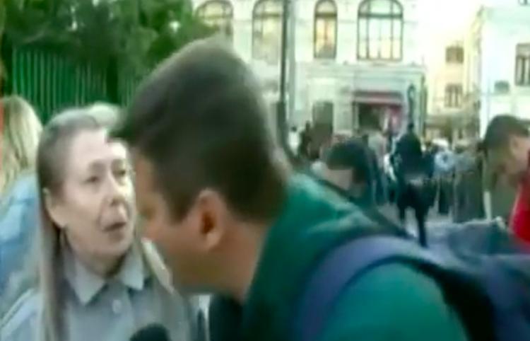Abuela rusa causa hilaridad durante un reporte en vivo de un corresponsal brasileño
