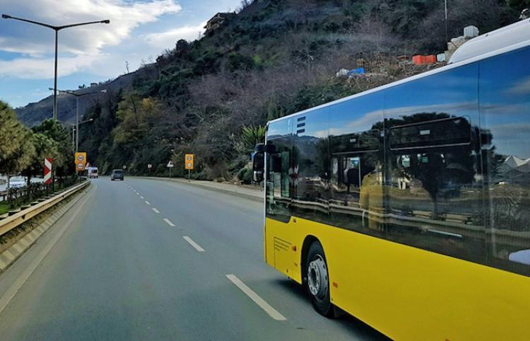 Conductor de un autobús muere mientras maneja y casi provoca una tragedia