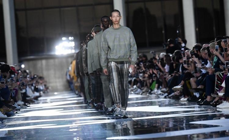La semana de la moda masculina de Milán muestra su lado femenino