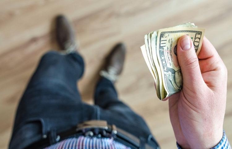 Una ráfaga de viento se lleva el dinero que acababa de robar un ladrón