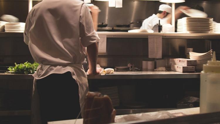 Un hombre entra en la cocina de un restaurante y golpea brutalmente a una empleada