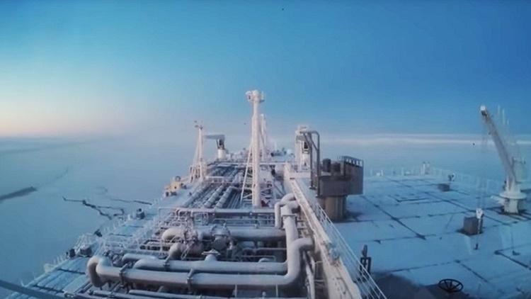 Un buque cisterna cruza por primera vez y sin rompehielos las aguas del Ártico