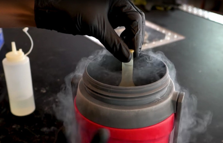 Congela acetona con nitrógeno líquido y esto es lo que sucede