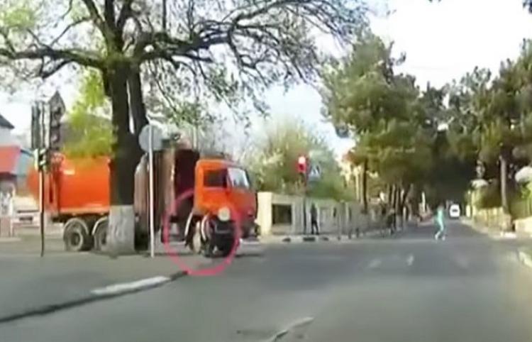 Una chica rusa es atropellada por un camión y se levanta como si nada