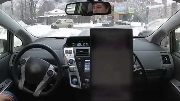 Un auto sin conductor circula por las calles nevadas de Moscú