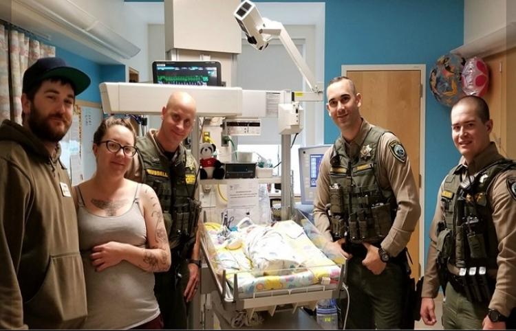 Policías salvan de morir de asfixia a una bebé