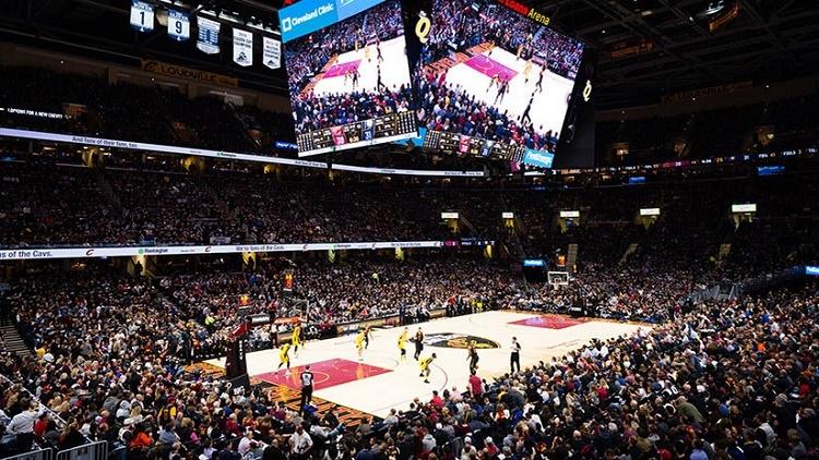 Un analista de la NBA entra literalmente en la pantalla para explicar un partido