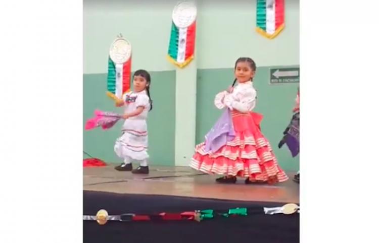 La niña que se cayó en su desfile mexicano