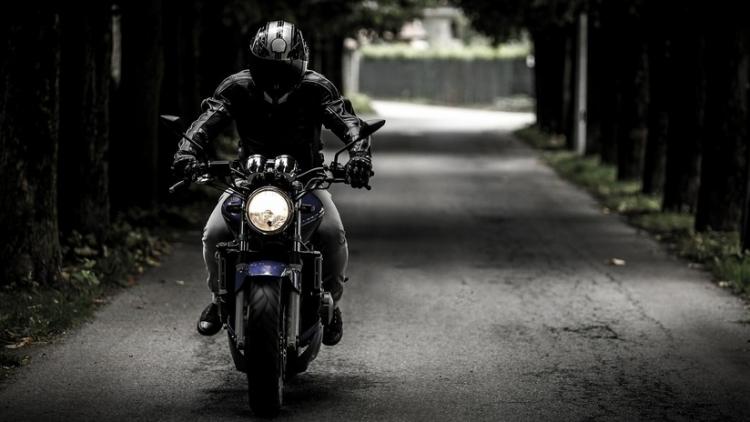 Motociclista devuelve a una conductora la basura que tiró de su coche