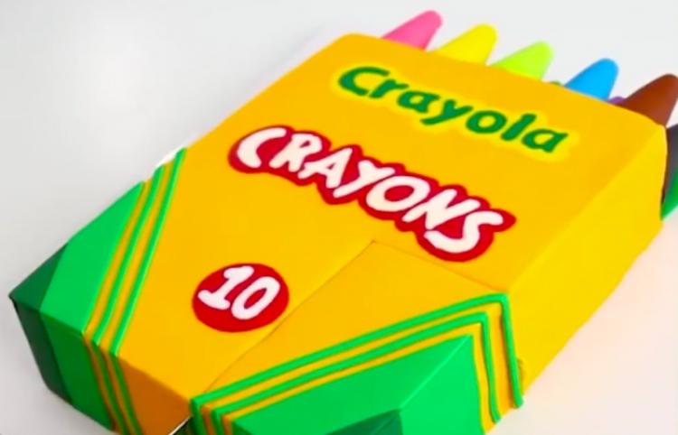 Decora un hermoso y delicioso pastel de caja de Crayolas