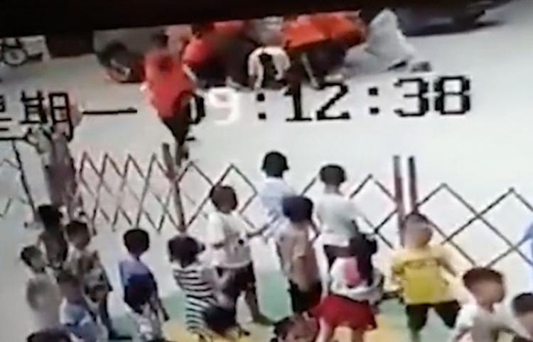 Seis mujeres levantan un todoterreno y liberan a un hombre atrapado bajo las ruedas