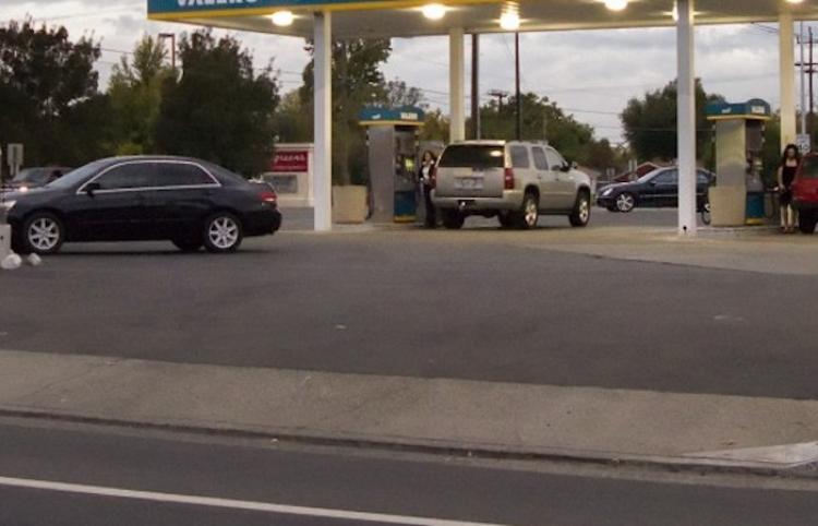 Una niña de 7 años escapa de un automóvil en el instante en que un ladrón se lleva el auto