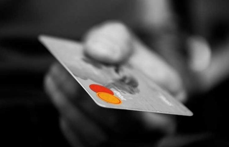 Chica encuentra una tarjeta de débito en la calle y transmite en vivo como se gasta el importe