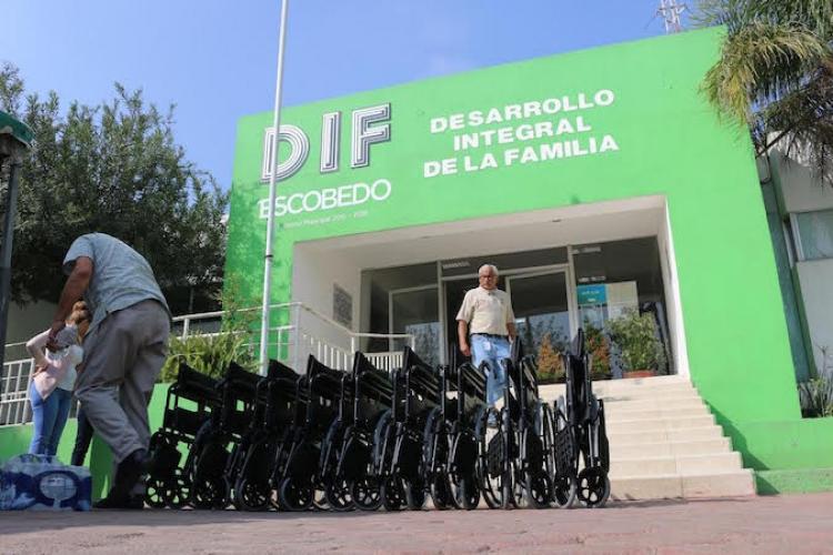 Por una mejor calidad de vida entregan sillas de ruedas en Escobedo