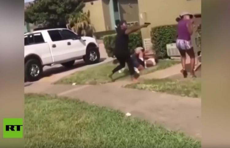 Una madre saca un arma para frenar una violenta pelea de su hija adolescente con otra joven