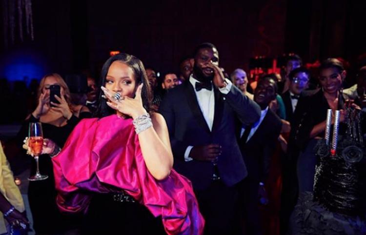 ¡Confunde a su clienta con Rihanna! Y La Web no la perdona