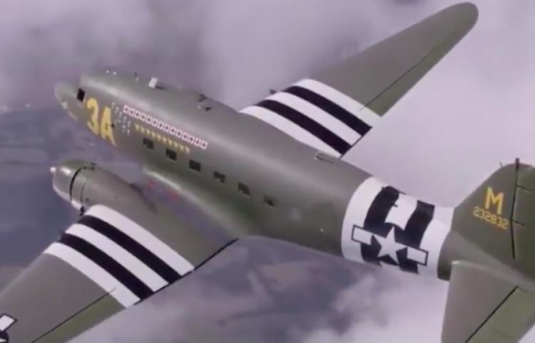 Hombre de 95 años vuela el avión que voló en la Segunda Guerra Mundial