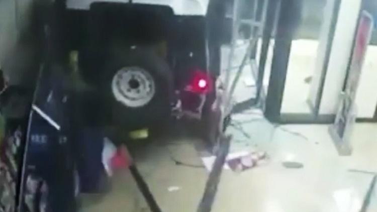 Irrumpen con un todoterreno, arrancan ATM y huyen