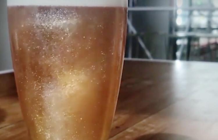 Cerveza con brillantina ¿Se te antoja?