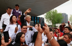 Cambio en México se logrará sin violencia, asegura López Obrador