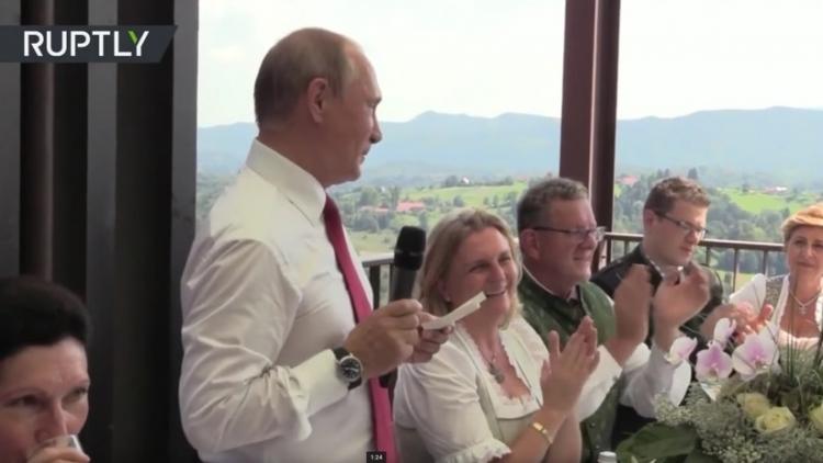Putin baila con la novia y pronuncia un brindis en alemán en la boda de ministra austriaca
