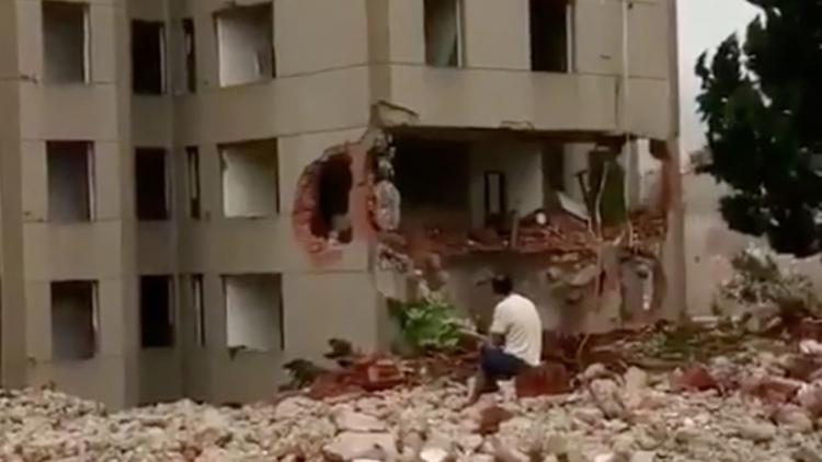 Hombre escapa 'por los pelos' de un edificio que se le derrumba encima