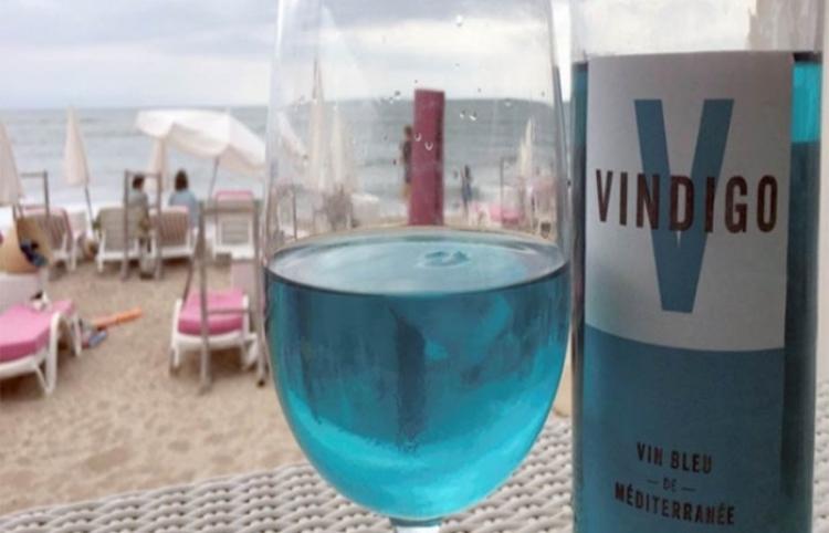 Presentan un vino azul llamado 'Vindigo' en Francia