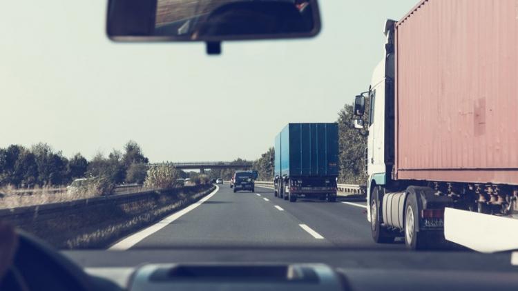 Una furgoneta circula a gran velocidad y sale volando