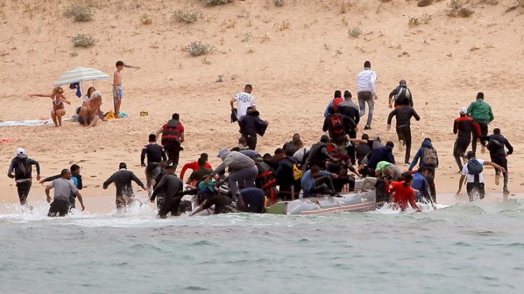 Una patera de inmigrantes desembarca en una playa nudista del sur de España