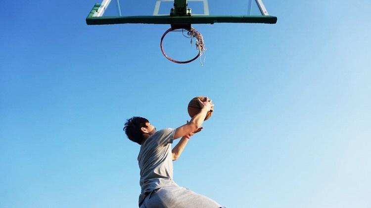 Gana partido de baloncesto con un tiro épico