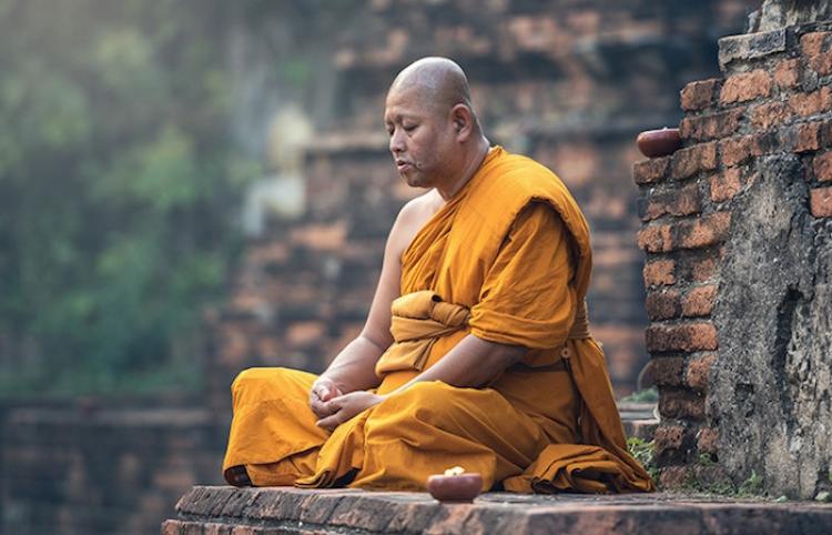 Un sacerdote budista tailandés es pillado in fraganti robando prendas íntimas de mujeres