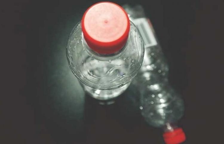 ¿Cuán pura es el agua embotellada? Científicos revelan una verdad preocupante