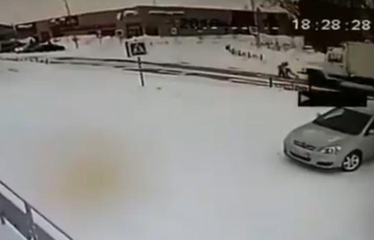 Dos niños resultan ilesos milagrosamente tras ser atropellados por un camión en Rusia
