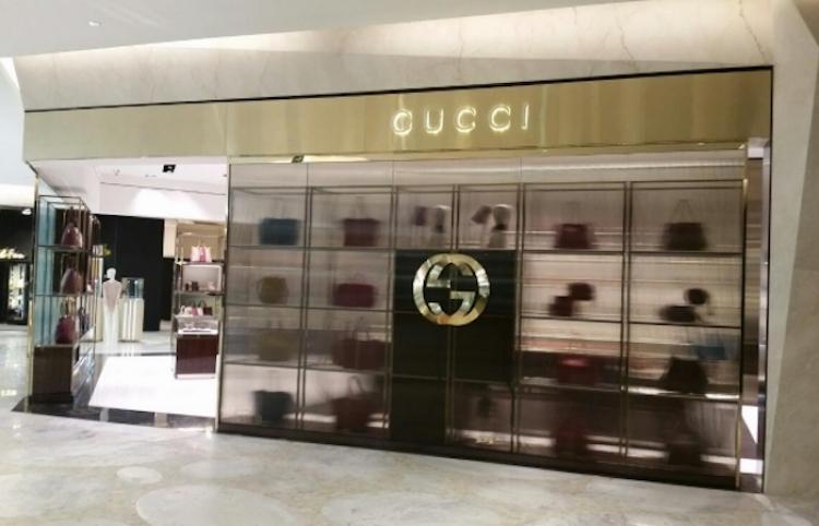 Youtuber entra a una tienda Gucci vestido como albañil, y esto pasa