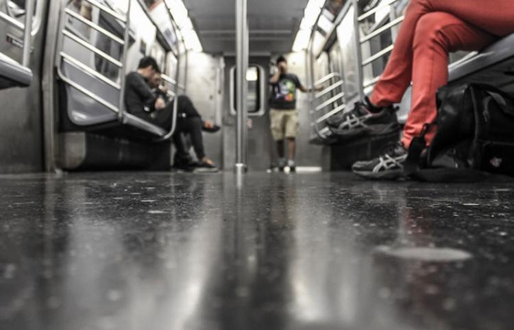Un anciano abofetea a una mujer por no cederle su asiento en el metro