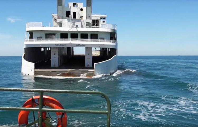 Un naufragio para un fin noble: filman cómo hunden un ferry con un insólito propósito