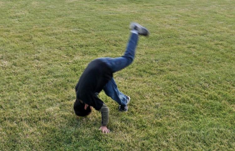 'Mira que increíble soy': Un niño intenta impresionar a una chica con una acrobacia