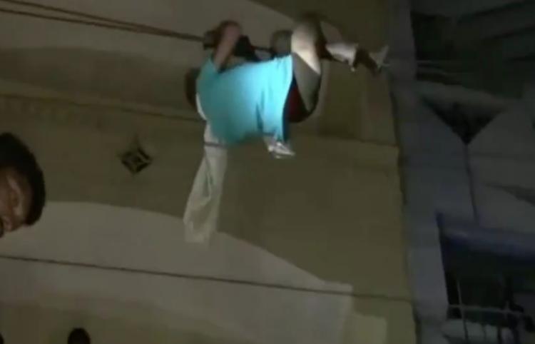 Paciente trata de escaparse de manera peligrosa por los cables de luz