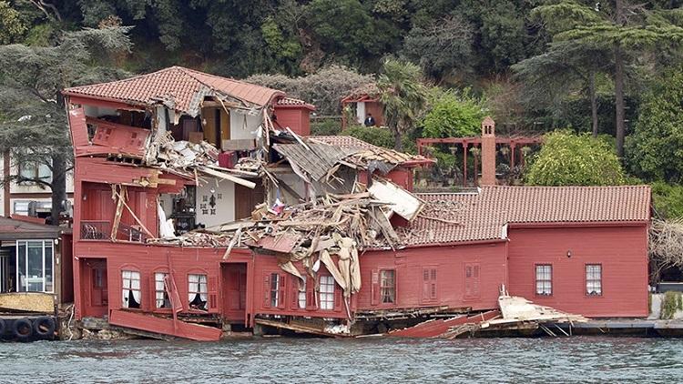 Un buque de 200 metros se estrella contra una mansión histórica en Estambul