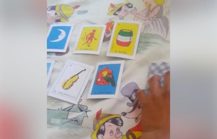 Joven lee las cartas a su hermana... con una baraja de ¡Lotería Mexicana!