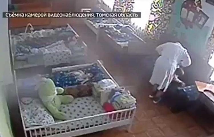 Una enfermera da una cruel paliza a un niño discapacitado en un orfanato