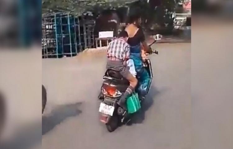 Niño hace sus deberes sobre una motocicleta en marcha