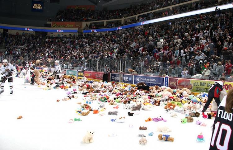 Una catarata de peluches inunda la pista de hockey sobre hielo y bate un récord mundial