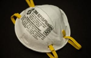 Autoridades capitalinas e IP fabrican mascarillas N95 para médicos