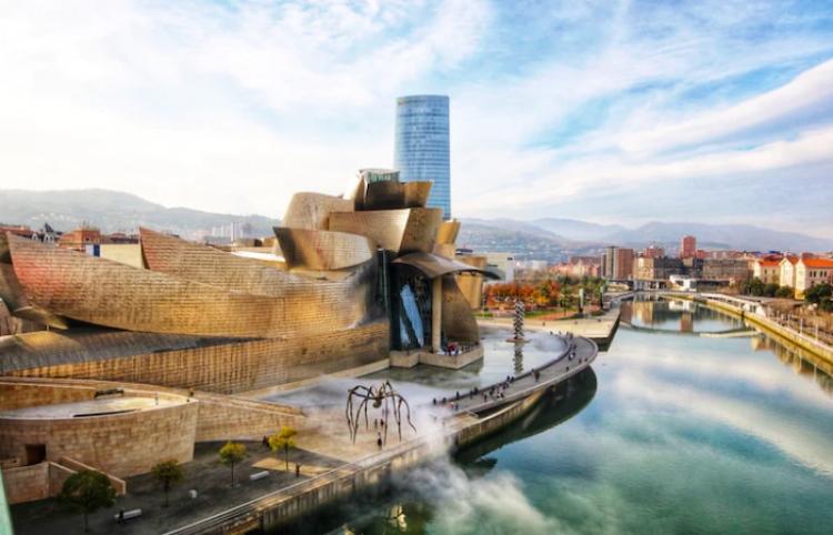 Bilbao, la ciudad que se reinventó con un museo, se abre ahora a su ría