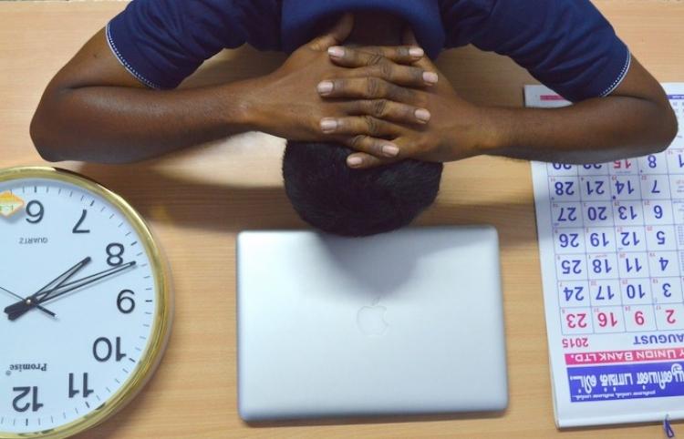Estrés laboral crónico incrementa riesgo de enfermedad cardiaca y adicciones