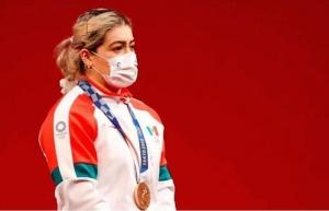 La medallista Aremi Fuentes, recibe cheque falso de BC
