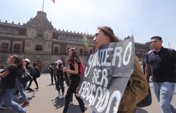 Rechazados de prepas y universidades se manifiestan frente a la SEP
