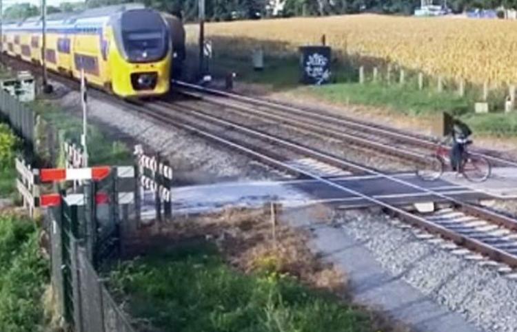 Un ciclista imprudente burla por milisegundos la muerte bajo las ruedas de un tren