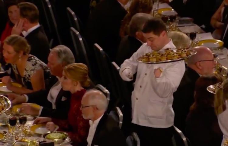 Estilo 'Mr. Bean': un mesero protagonizó un bochornoso momento en la cena de los Nobel